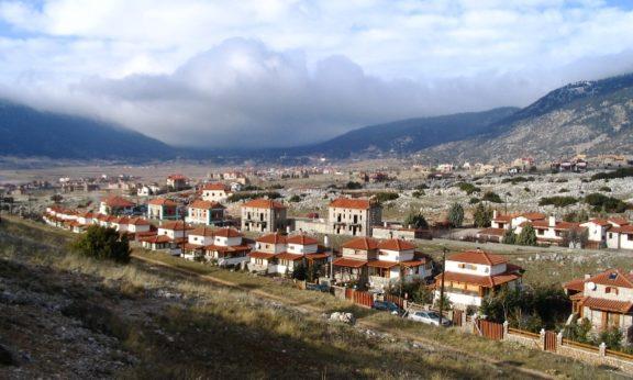 Το Λιβάδι Αράχωβας, ερχόμενοι από Αράχωβα, (βόρεια άποψη).